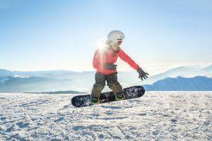 bastante-joven-snowboard-saltando-ladera_146377-1620