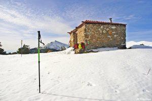 el-refugio-del-cerro-la-camorca-con-monton-de-trigo-al-fondo-es-segovia-63638-xl