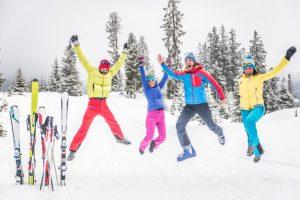 grupo-esquiadores-saltando-divirtiendose_186382-4015