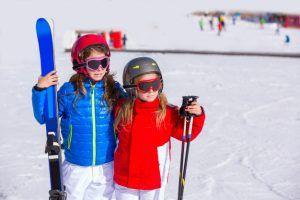 hermana-ninas-ninos-nieve-invierno-equipo-esqui_79295-7855