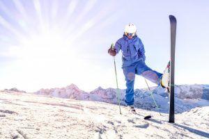 joven-esquiador-uniforme-azul-al-atardecer-momento-relax-estacion-esqui-alpes-franceses_101731-167