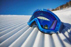primer-plano-gafas-snowboard-nieve_1098-3976